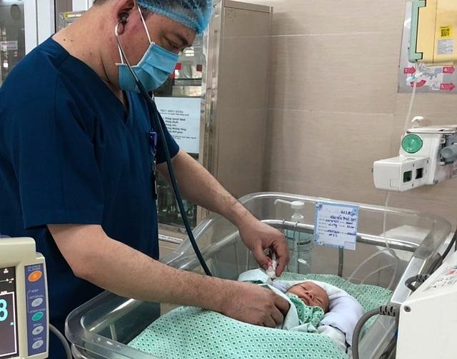 Bé sơ sinh bị bỏ rơi ở khe tường tại Hà Nội xuất viện - 1