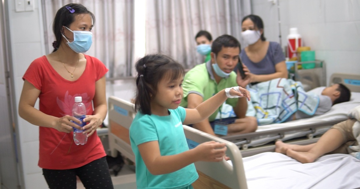 Dùng bữa tại trường, gần 100 học sinh có biểu hiện ngộ độc thực phẩm