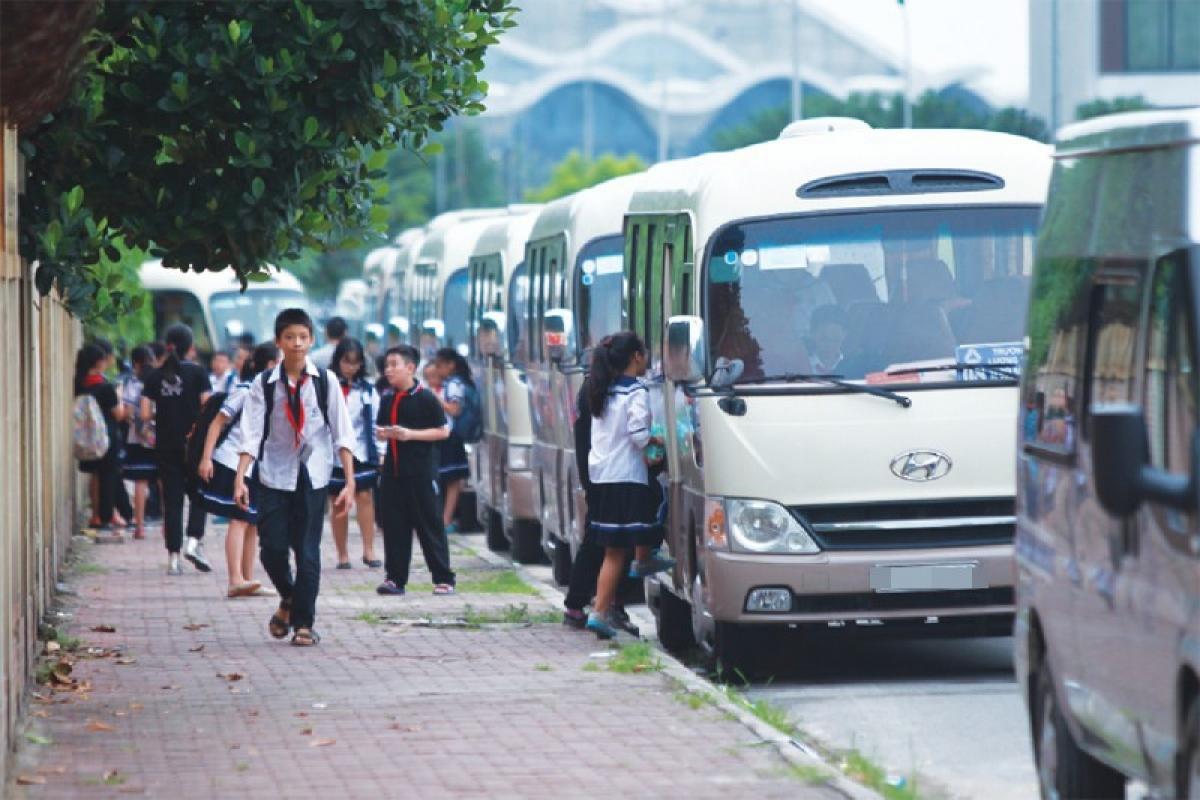 Sở GTVT Hà Nội đã có văn bản đề nghị Sở Giáo dục và Đào tạo Hà Nội chỉ đạo các trường học chấn chỉnh việc sử dụng xe đưa đón học sinh, không ký hợp đồng vận chuyển đối với các đơn vị vận tải không đủ điều kiện; chấm dứt hợp đồng vận chuyển đối với phương tiện, người lái xe ô tô không đủ điều kiện theo quy định.