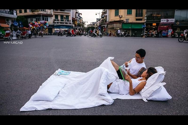 Cặp đôi chụp ảnh với chăn gối giữa đường gây tranh cãi