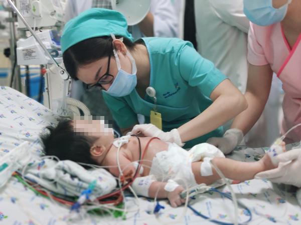 Bé trai 2 tháng tuổi da chuyển xanh, nguy kịch vì ngộ độc nitrite