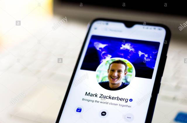 Bất ngờ trước chiếc điện thoại ruột của CEO Mark Zuckerberg - 2