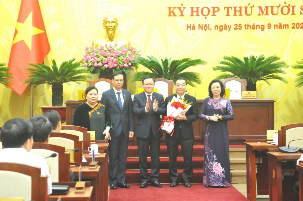 Bí thư Thành ủy Vương Đình Huệ cùng các đồng chí trong Thường trực Thành ủy Hà Nội chúc mừng tân Chủ tịch UBND TP Hà Nội Chu Ngọc Anh