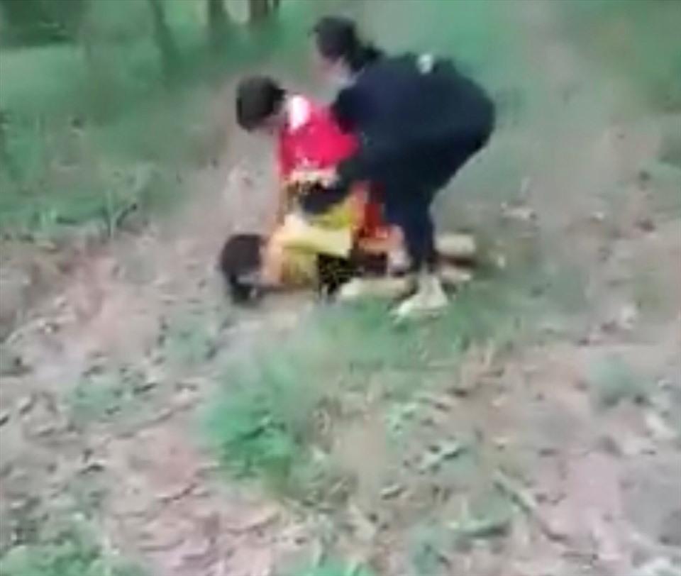 Nữ học sinh lớp 6 bị đánh hội đồng. Ảnh cắt từ video