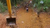 Một tuần đào đất, vét suối xử lý ô nhiễm dầu