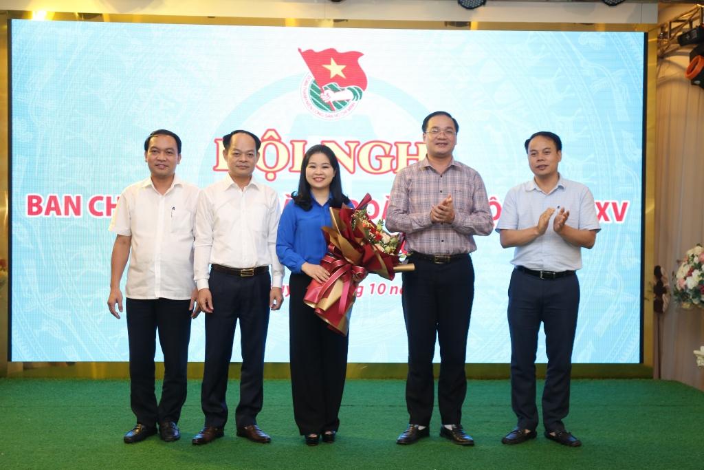 Các đồng chí lãnh đạo Trung ương Đoàn, thành uỷ Hà nội tặng hoa chúc mừng đồng chí Chiu Hồng Minh