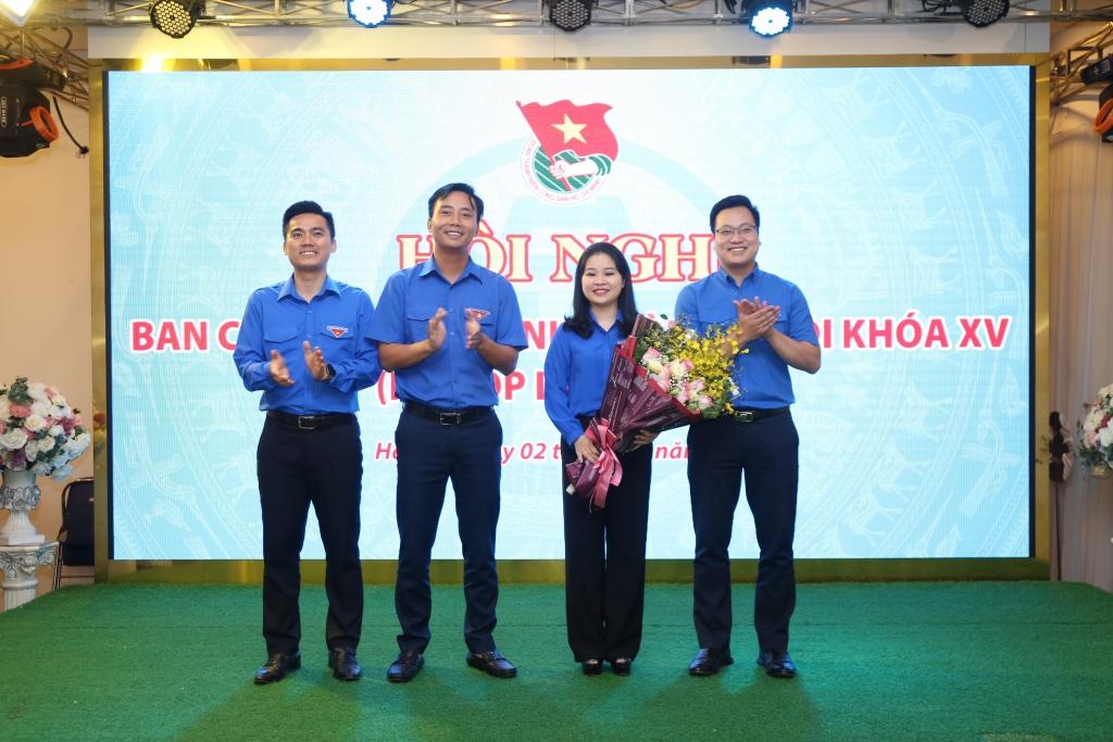 Các đồng chí Thường trực Thành đoàn Hà Nội chúc mừng đồng chí Chu Hồng Minh