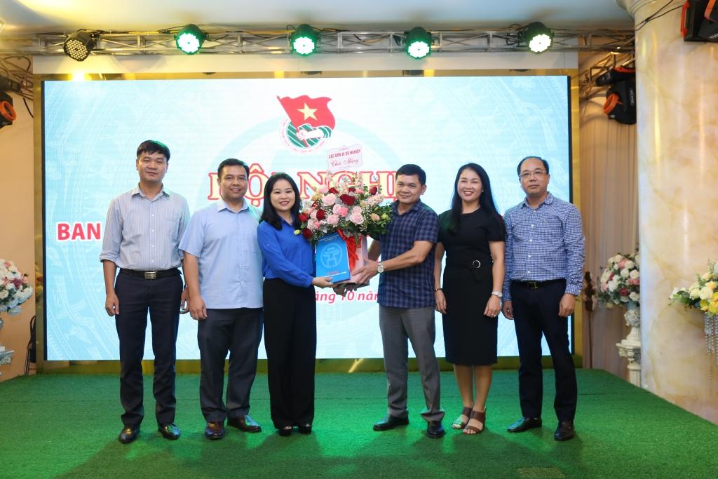 đại diện các đơn vị sự nghiệp chúc mừng đồng chí Chu Hồng Minh