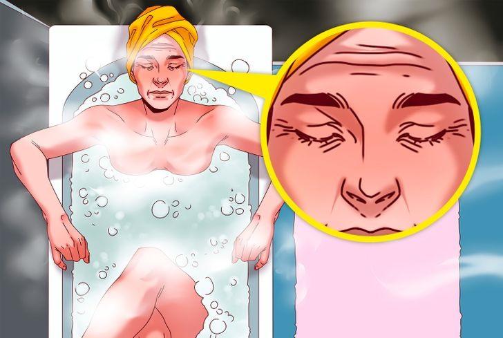 Sai lầm 4: Tắm nước nóng lâu với xà phòng tắm khiến da khô ráp Các sản phẩm xà phòng tắm có tính kiềm mạnh có thể thay đổi độ pH của da dẫn đến kích ứng và khô da. Điều này khiến da lão hóa sớm. Tốt hơn là nên lựa chọn những sản phẩm có tính kiềm vừa phải hoặc những sản phẩm tự nhiên hơn.