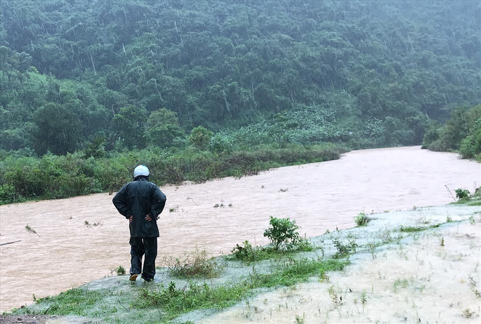 Hai người đàn ông chèo đò qua suối, bị nước lũ cuốn mất tích
