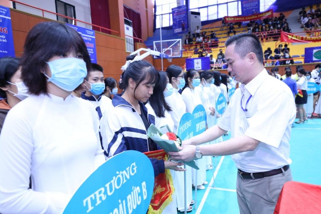 Nhà báo Ngô Vương Tuấn - Phó Tổng Biên tập báo Tuổi trẻ Thủ đô tặng hoa các đội tham dự giải