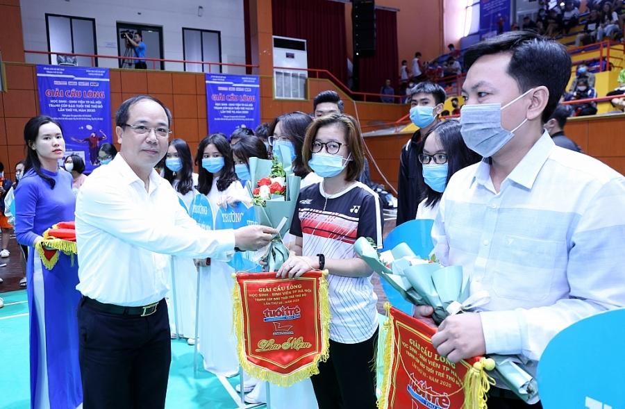 Nhà báo Nguyễn Mạnh Hưng   Tổng Biên tập báo Tuổi trẻ Thủ đô, Trưởng Ban tổ chức giải tặng cờ lưu niệm, hoa tới vận động viên