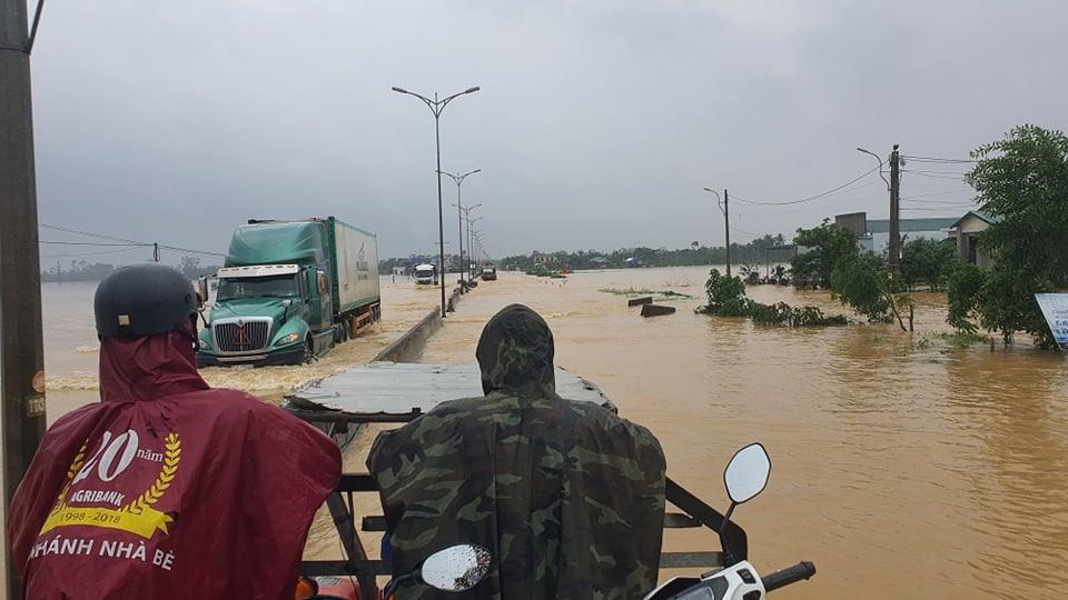 Nhiều ngày qua, người dân sinh sống tại đại bàn Phong Điền và một số địa phương khác tại Thừa Thiên Huế phải di chuyển bằng ca nô, thuyền, hoặc máy cày.