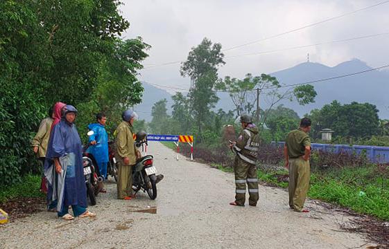 Hiện, lực lượng chức năng của huyện Phong Điền, Tỉnh đội tiếp tục lên đường tiếp tế lương thực cho những người bị kẹt, thực hiện nhiệm vụ mở đường và công tác cứu hộ cứu nạn.