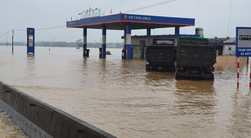 Tình hình mưa lớn kết hợp triều cường dự báo còn kéo dài khiến nhiều nơi trên địa bàn tỉnh tiếp tục bị ngập cục bộ. Ảnh chụp tại Quốc lộ 1A đoạn qua thị xã Hương Trà (Thừa Thiên Huế) sáng 13.10.