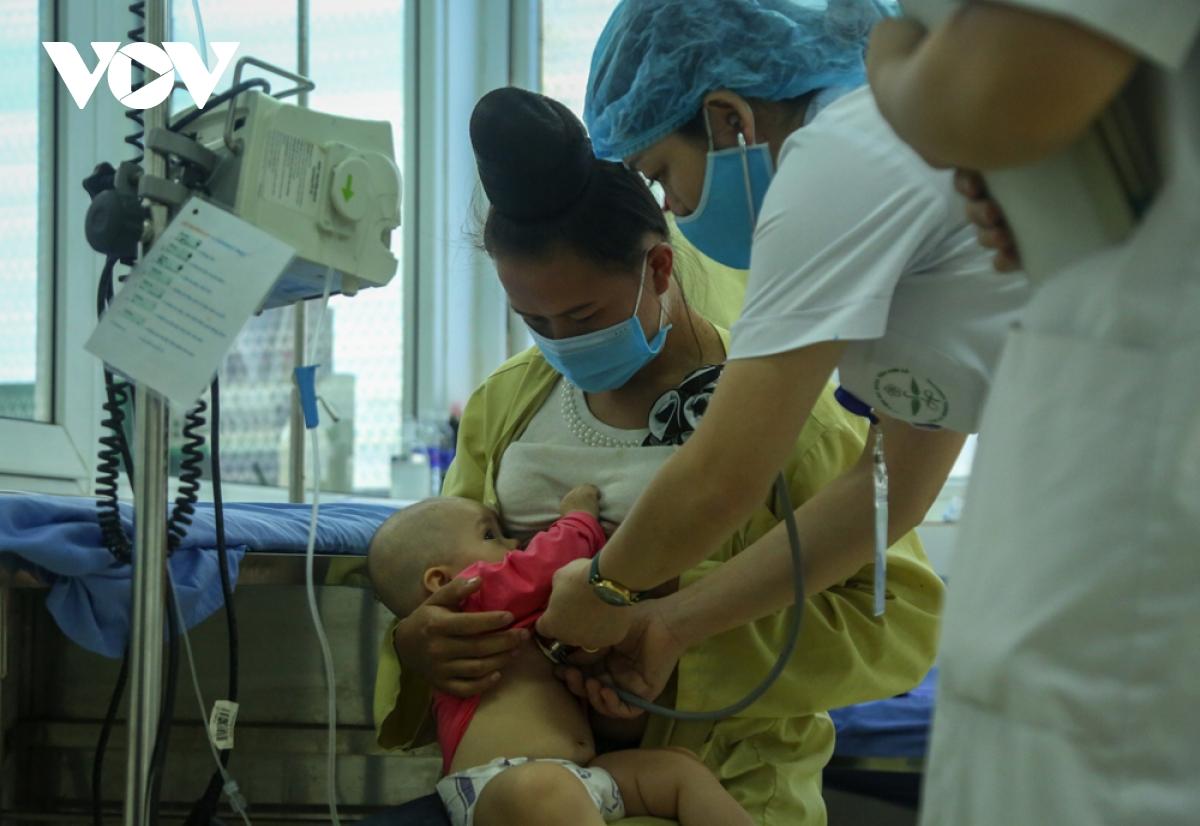 Liên tiếp nhiều trẻ nhỏ nhập viện sau tiêm vaccine 5 trong 1 ở Sơn La