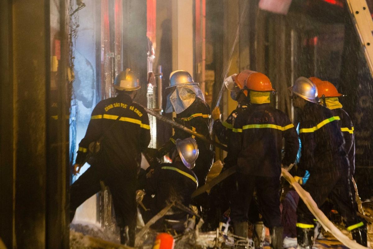 Nhận được tin báo, lực lượng chức năng huy động 4 xe chữa cháy lập tức đến hiện trường thực hiện công tác chữa cháy và cứu người mắc kẹt bên trong.