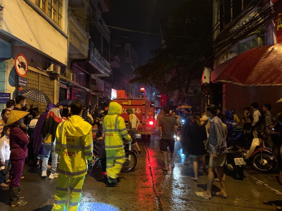 Đến 22h, những người cuối cùng được lực lượng chức năng giải cứu thành công và đưa đi cấp cứu.