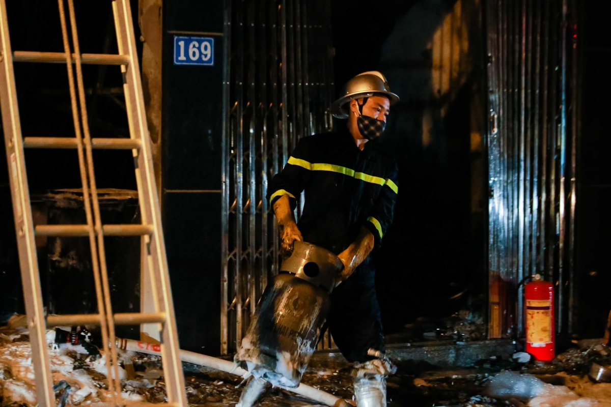 Trao đổi với phóng viên tại hiện trường, ông Đỗ Văn Mười - Chủ tịch UBND xã Tân Hội cho biết, toàn bộ 5 người mắc kẹt gồm 2 người lớn và 3 trẻ em trong 1 gia đình đều được giải cứu an toàn, hiện đang được theo dõi tại bệnh viện huyện.