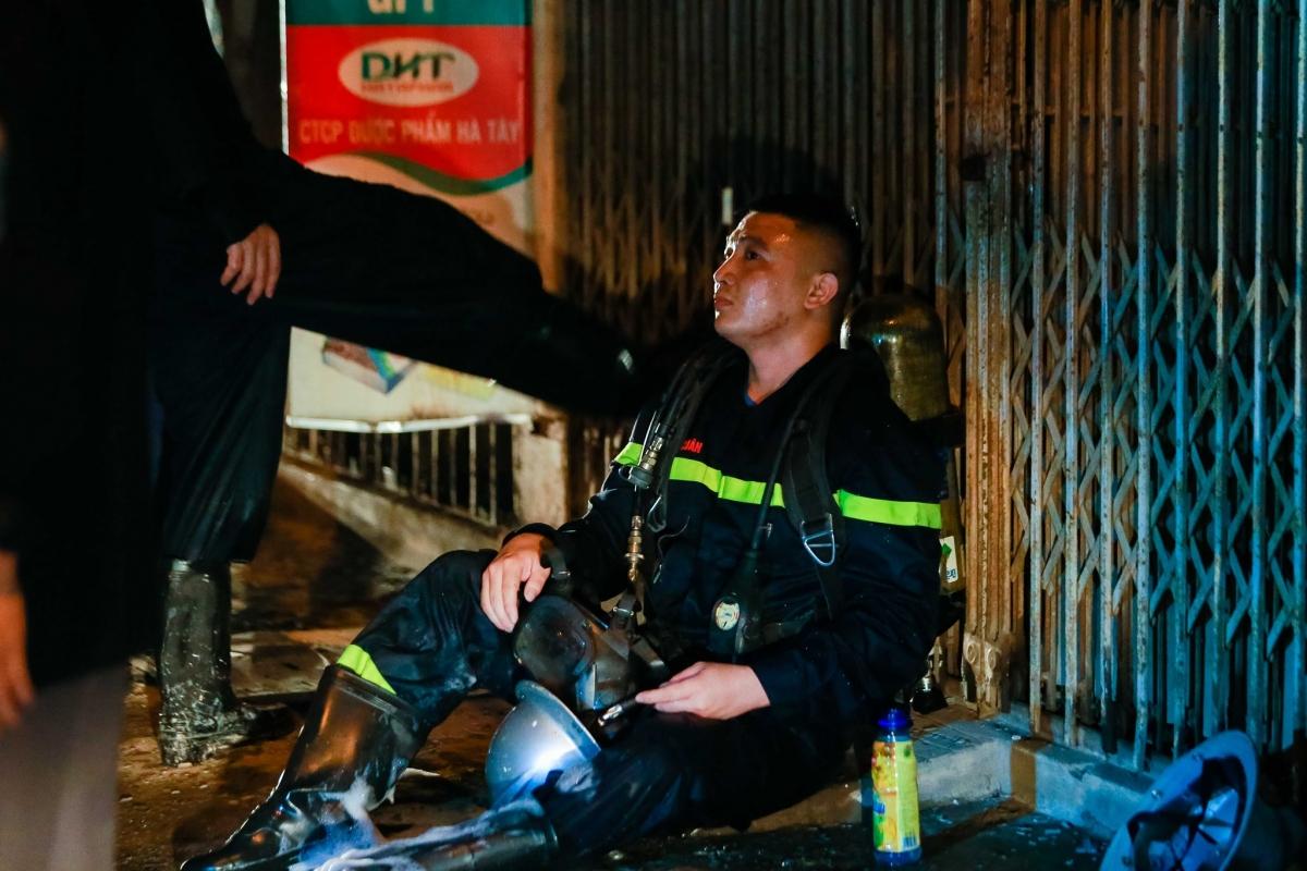 Các chiến sĩ Cảnh sát PCCC&CNCH ngồi nghỉ sau hơn 1h30 chiến đấu với giặc lửa để cứu người./.