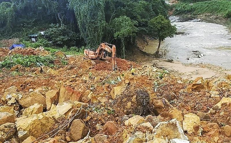 Đất đá vùi lấp nhà điều hành thủy điện Rào Trăng 3