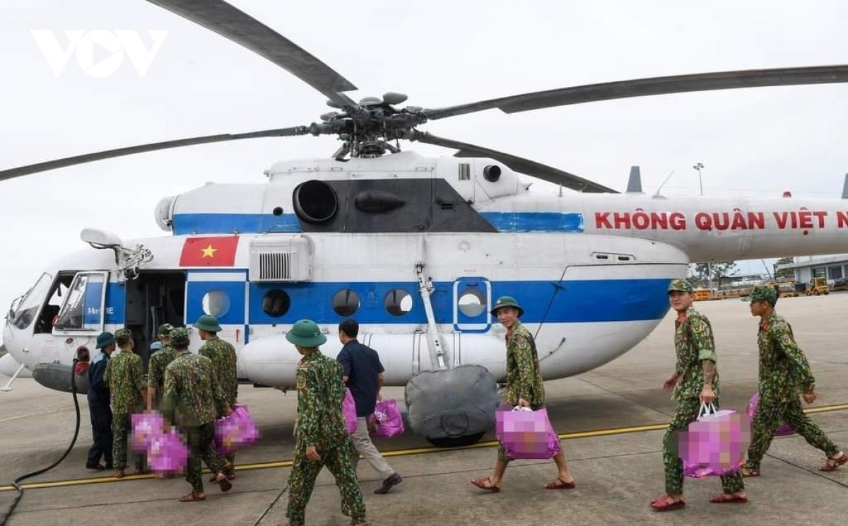 Lực lượng trực thăng quân sự thực hiện nhiệm vụ tìm kiếm các nạn nhân mất tính ở Thừa Thiên - Huế.