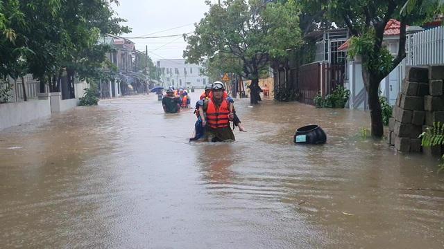 Kịp thời giải cứu toàn bộ giáo viên, học sinh khi nước lũ bủa vây trường - 1