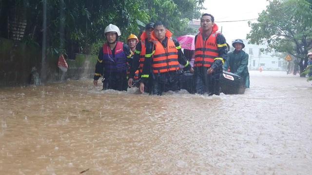 Kịp thời giải cứu toàn bộ giáo viên, học sinh khi nước lũ bủa vây trường - 2