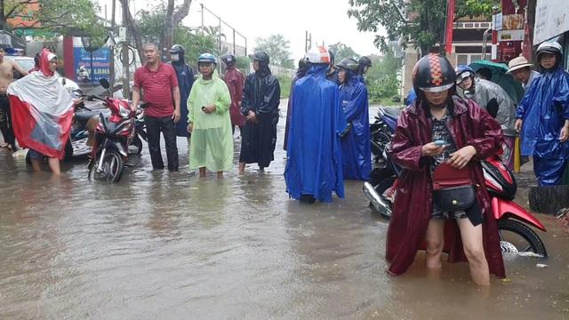 Kịp thời giải cứu toàn bộ giáo viên, học sinh khi nước lũ bủa vây trường - 3