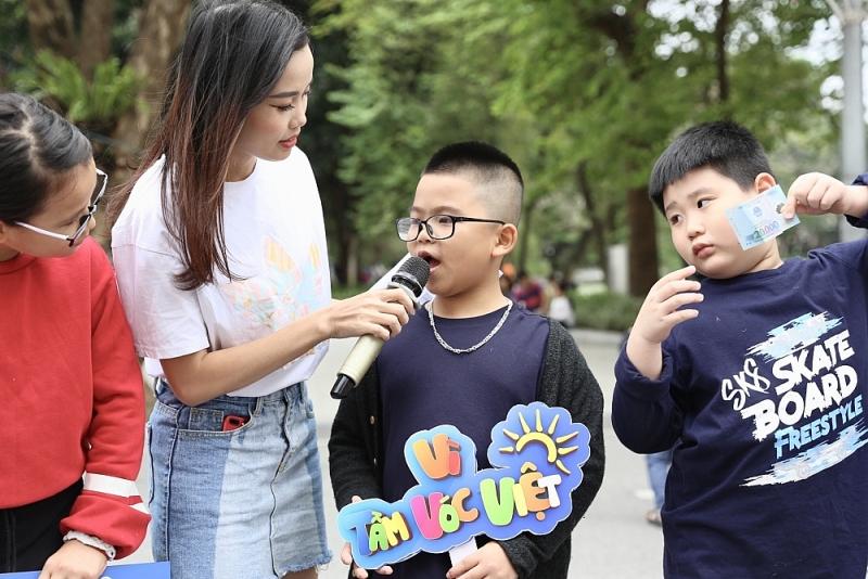 Á hậu Tường San cùng khám phá các trò chơi sáng tạo từ cây, hoa lá với trẻ