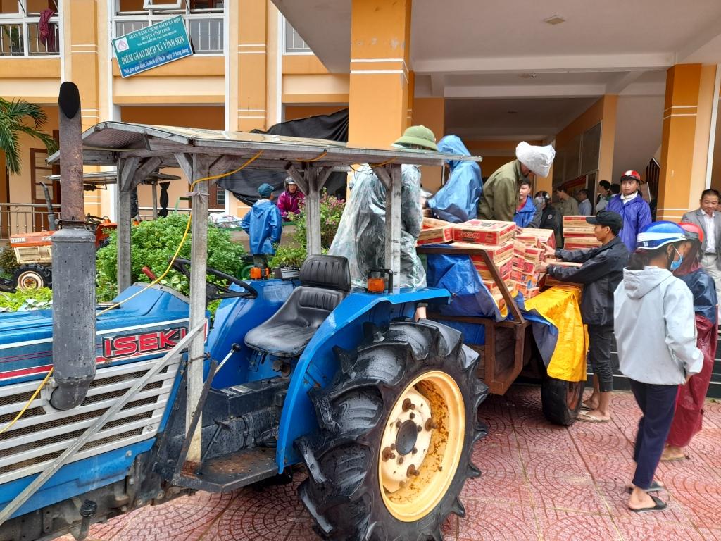 Do đường vẫn bị ngập sâu máy cáy được sử dụng chở hàng cứu trợ tới các thôn