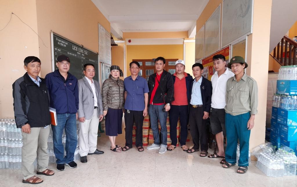 Đại diện Báo Tuổi trẻ Thủ đô trao số hàng cứu trợ cho UBND xã Vĩnh Sơn