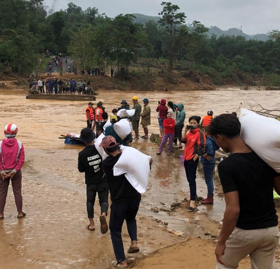 Các đoàn thiện nguyện cứu trợ cho người dân ở những vùng bị cô lập tại Quảng Trị