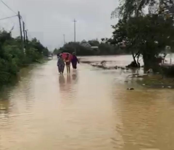 Một số nơi nước đã rút nhưng việc đi lại vẫn rất khó khăn