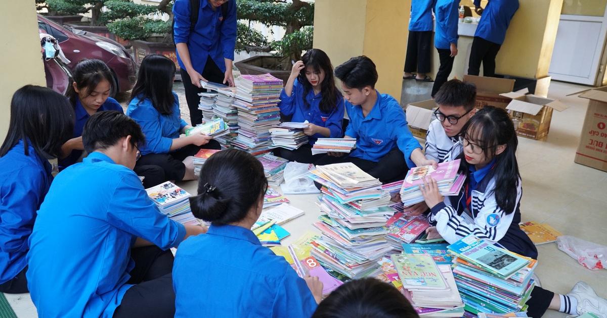 Nghệ An: Quyên tặng hàng nghìn bộ SGK, vở viết cho học sinh vùng lũ