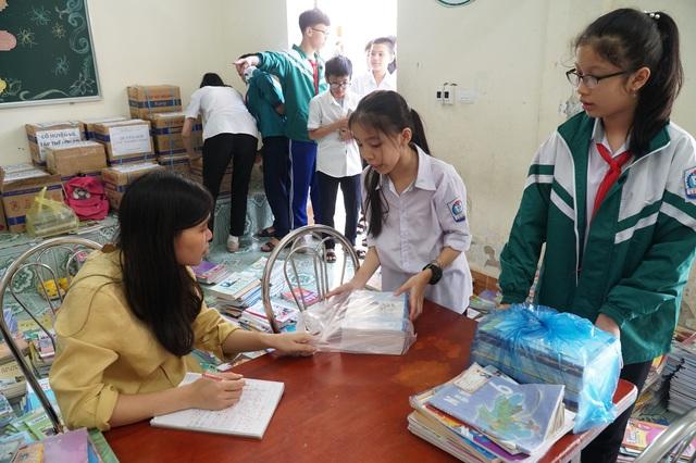 Nghệ An: Quyên tặng hàng nghìn bộ SGK, vở viết cho học sinh vùng lũ - 1
