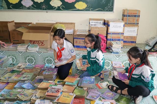 Nghệ An: Quyên tặng hàng nghìn bộ SGK, vở viết cho học sinh vùng lũ - 2