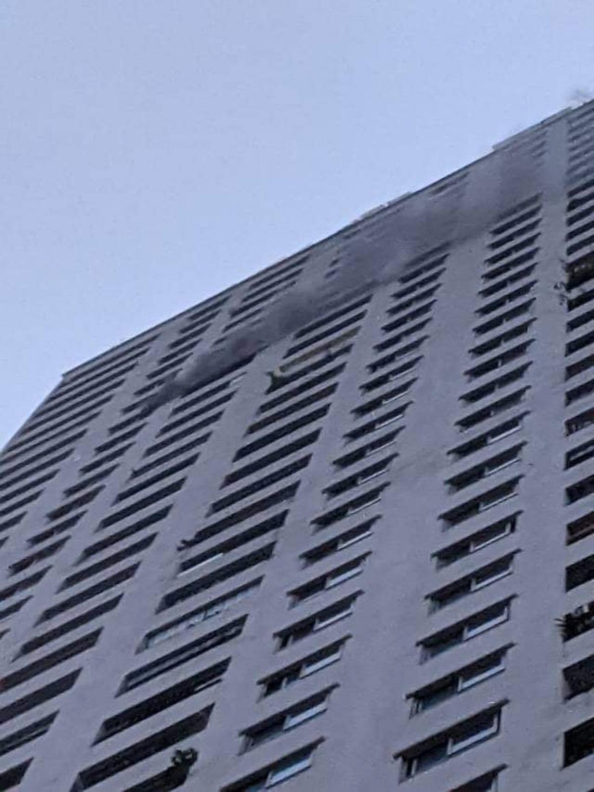 Vào khoảng 5h30 ngày 27/10, tại tầng 33, chung cư HH1B Linh Đàm, phường Hoàng Liệt, quận Hoàng Mai, Hà Nội bất ngờ xảy ra vụ hỏa hoạn khiến hàng trăm cư dân sinh sống tại toà nhà hoảng loạn tháo chạy.