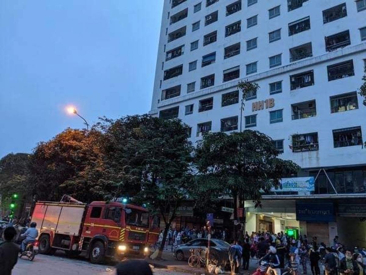 Theo thông tin, vào thời điểm trên, mọi người thấy khói bốc ra dữ dội tại một căn hộ ở tầng 33, chung cư HH1B. Lúc này những người dân cùng tầng cũng thấy khói bốc ra kèm với chuông báo cháy nên vội vã tháo chạy xuống mặt đất.