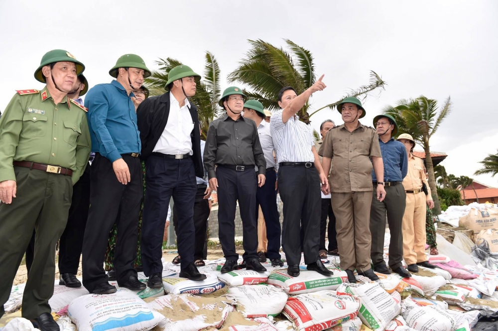 Phó Thủ tướng Trịnh Đình Dũng chỉ đạo ứng phó bão số 9 tại địa phương