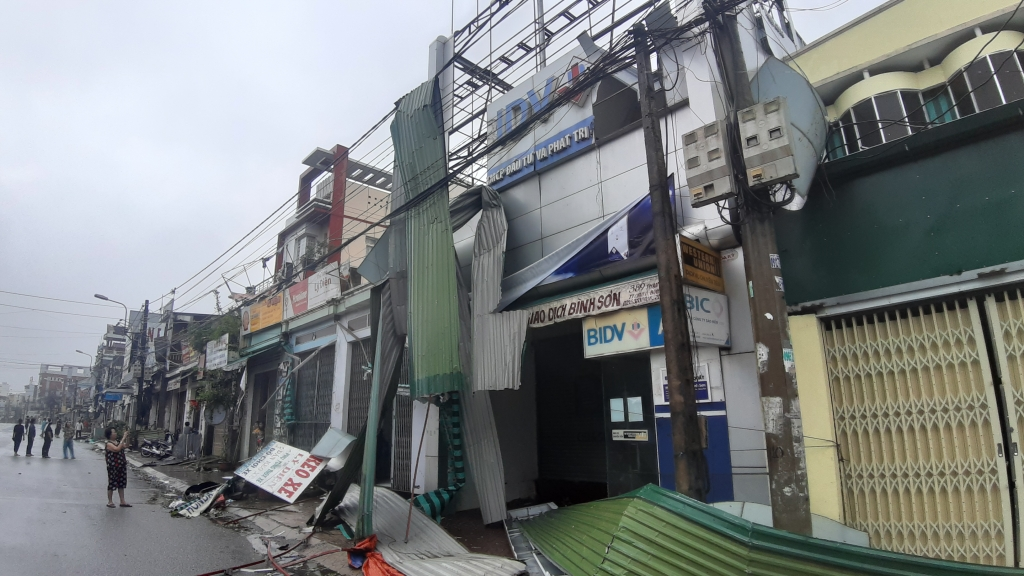 Quảng Ngãi tan hoang sau khi bão số 9 đổ bộ