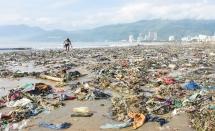 Bãi biển ngập rác sau bão số 5 ở Bình Định