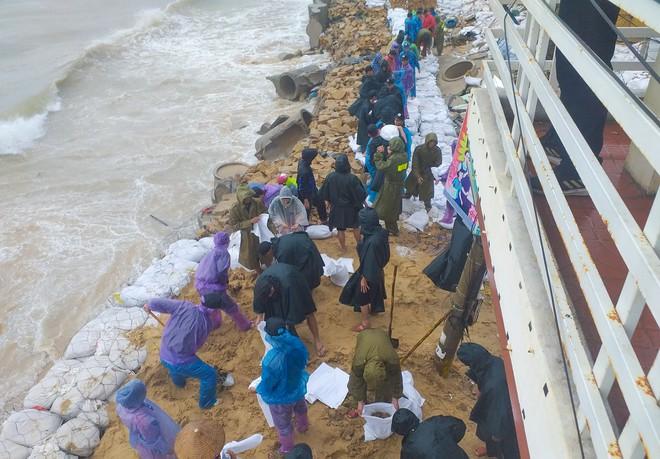 Sóng biển cao 6 m ở vùng bão Nakri đổ bộ