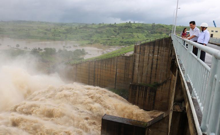 Kiểm tra vận hành xả nước tại Nhà máy thủy điện Sông Ba Hạ - Ảnh: Ngô Xuân/Báo Phú Yên