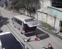 Ba học sinh tiểu học bị văng khỏi xe đưa rước: Hiệu trưởng nói gì?