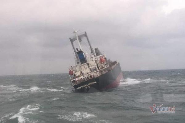 Tàu 9000 tấn chìm trên biển Hà Tĩnh, 180 tấn dầu bắt đầu tràn