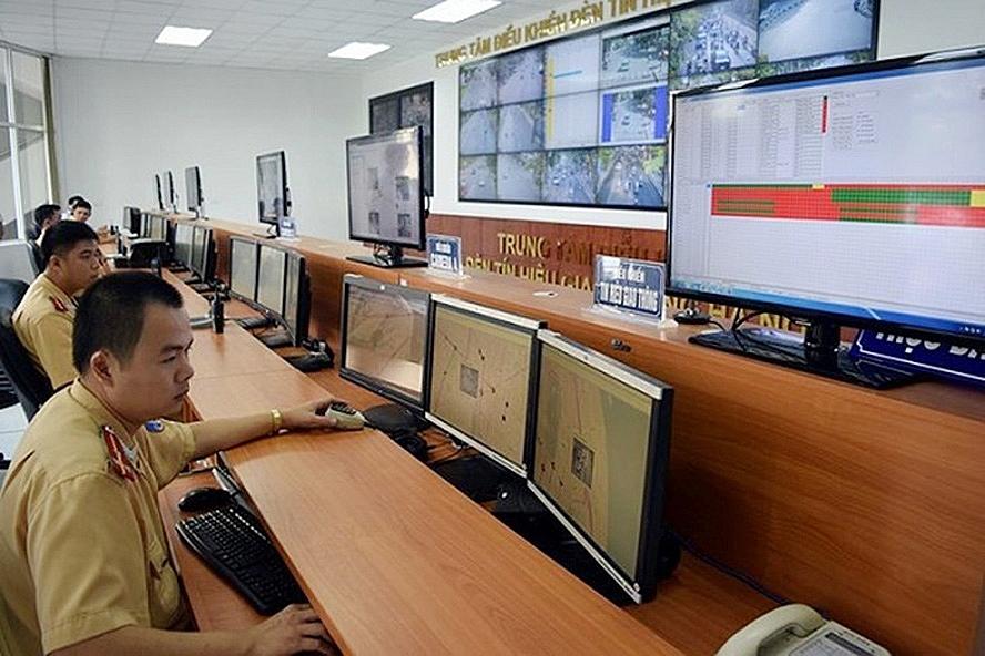 Hệ thống camera giám sát giúp lực lượng chức năng tại Trung tâm Điều khiển giao thông thành phố Hà Nội phát hiện những trường hợp vi phạm để xử lý