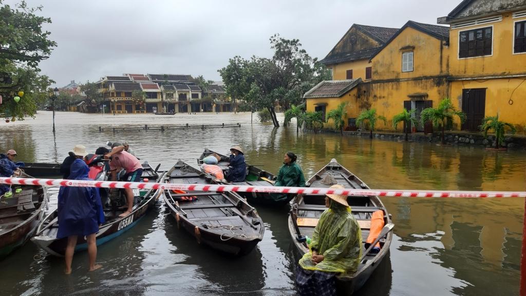 Quảng Nam: Phố cổ Hội An chìm trong biển nước lũ