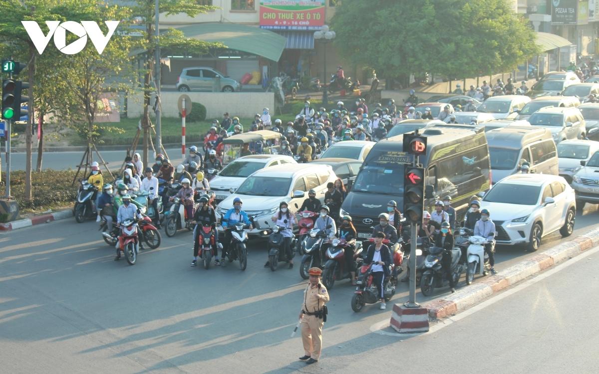 Áp lực về lưu lượng phương tiện giao thông đè nặng lên hạ tầng khu vực Ngã Tư Sở và CSGT luôn phải căng mình điều tiết.