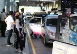 """Sở GTVT TPHCM """"phân xử"""" việc phân làn đón khách ở sân bay Tân Sơn Nhất"""